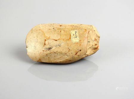 Hache polie de forme trapue Silex blanc et brun 9,5 cm Etiquette ancienne de provenance Marcill
