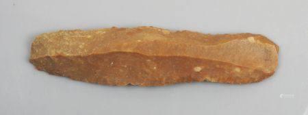 Grande lame couteau en Grand Pressigny, indication de provenance estompée au dos (Loir et Cher)