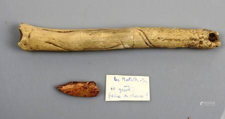 Ensemble de deux éléments comprenant un moulage d'os en plâtre comportant un décor d'animal gra
