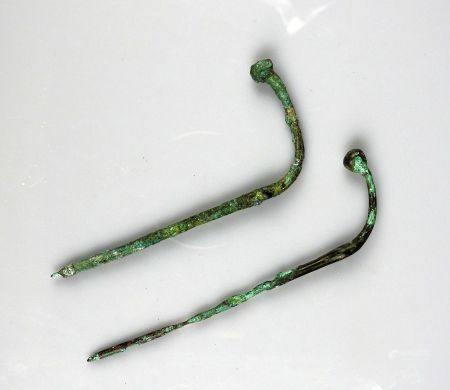 Ensemble de deux épingles se terminant par une tête bouletée, pliées rituellement Bronze 10 et