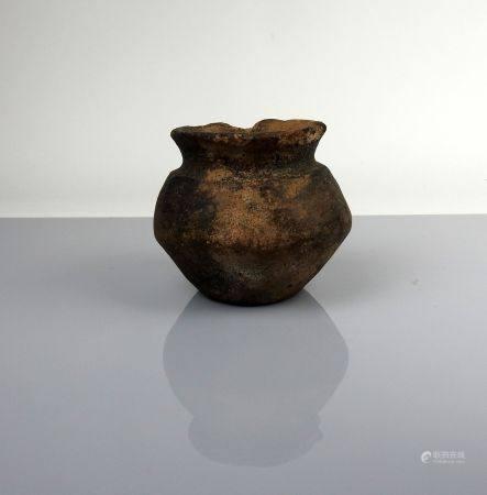 Vase à panse tronconique Terre cuite épaisse noire 9 cm Protohistoire Age du fer occidental