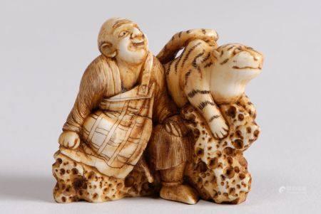 Lot de trois netsuke-okimono, l'un en ivoire teinté, représentant Yoko et son tigre. Signé Chôu