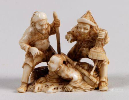 Lot de cinq netsuke-okimono en ivoire, représentant un sculpteur de Nyô; un Oni avec une cloch