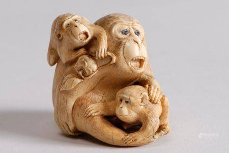 Deux netsuke en ivoire rehaussé de brun représentant une guenon et ses deux petits, signé Shômi