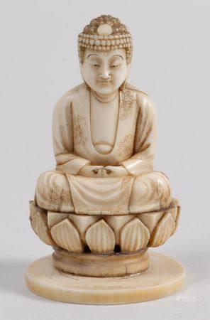 Okimono en ivoire représentant le Bouddha assis en méditation sur un lotus. Signé Ichiryûsai da