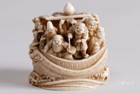 Netsuke-okimono en ivoire représentant la Takarabune sur les flots, avec les sept dieux du bonh
