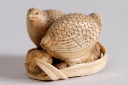 Netsuke en ivoire rehaussé de brun représentant deux cailles sur deux épis de millet, les yeux