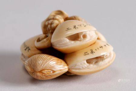 Trois netsuke en ivoire et rehauts brun, représentant un groupe de coquillages ouvrant sur des