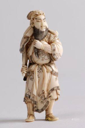 Netsuke en ivoire et rehauts bruns, représentant le général chinois Kan'u Unchô, debout, tenant