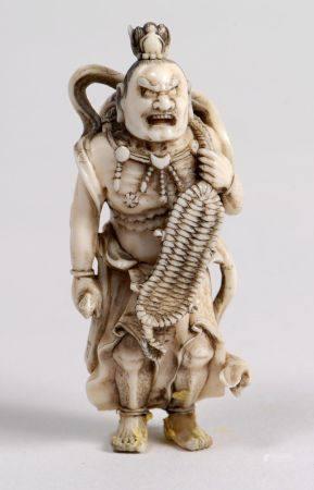 Netsuke en ivoire marin et rehauts bruns, représentant un Nyô tenant une getta, un mokugyô sur