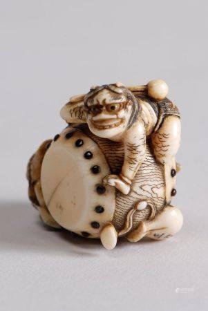 Deux netsuke en ivoire rehaussés de brun, l'un représentant la sorcière Kiyohime autour de la c
