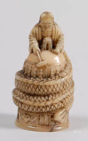 Deux netsuke en ivoire marin, l'un représentant Kiyohime et la cloche du Dôjôji; l'autre un ti