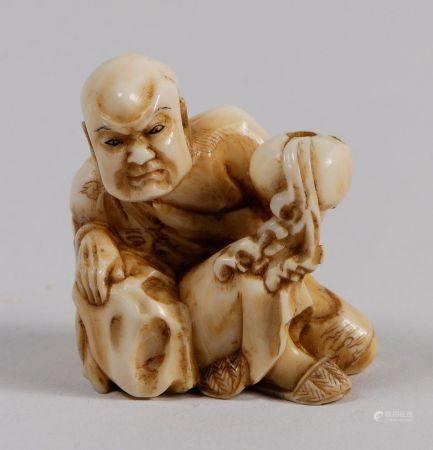 Netsuke-okimono en ivoire marin, figurant le Rakan Nakasaina Sonja tenant le bol à aumônes d'où