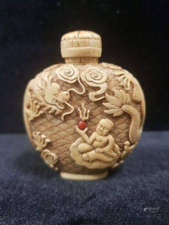 Flacon tabatière en ivoire de forme arrondie, finement décoré de dragons et luohan. Chine, fin