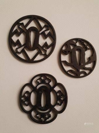 Collection de trois Tsuba en  fer dont  un  tsuba de forme quadrilobée, un tsuba en fer à décor
