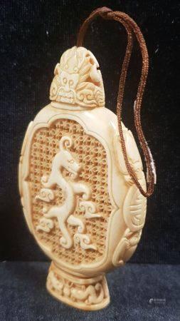 Diffuseur à parfums en ivoire, en forme de flacon ajouré d'un dragon sur chaque face, les côtés
