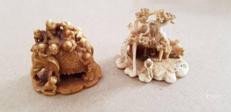 Deux petits netsuke-okimono en ivoire teinté, éléphant entouré d'enfants, signé Yoshikane; pay