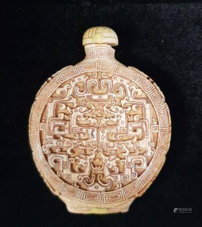Deux flacons tabatières en ivoire, de forme aplatie, à décor en relief méplat de dragons sur le