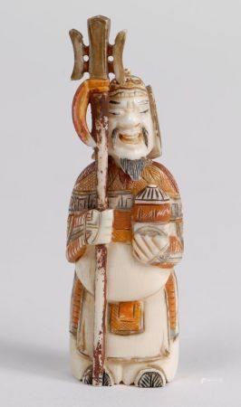 Flacon-tabatière en ivoire polychrome représentant un guerrier. On y joint une tabatière en ver