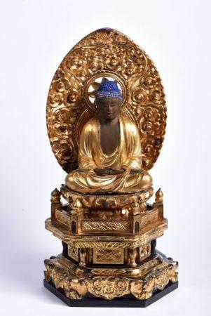 Sujet en bois doré, représentant le Bouddha Amida adossé à une auréole ornée de nuées, assis en
