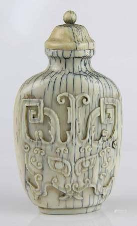 Chinesischer Elfenbein-Snuff Bottle, 19 Jh., Außenwandung mit zwei im Relief geschnitzen
