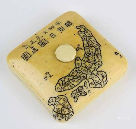 Japanisches Elfenbein-Netsuke, um 1820, quadratische Form, Wandung mit gravierten Schriftzeichen und