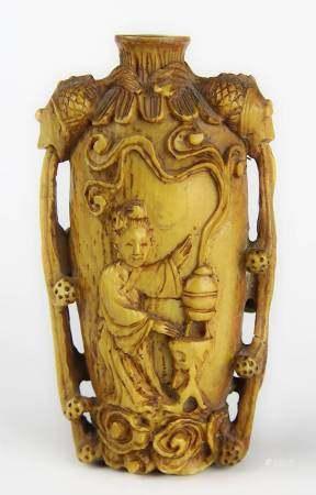 Chinesiches Elfenbein-Snuffbottle, 19 Jh.,, fein geschnitztes Gefäß mit auf der Schulter zwei