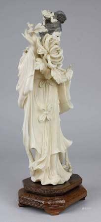 Chinesische Figur einer Dame mit großer Chrysanthemenblüte, China um 1920, Elfenbein aus einem Stück