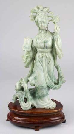 Chinesische Figur einer Dame mit Fächer, grünweiß marmorierter Stein aus einem Stück geschnitzt, auf