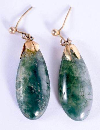 A PAIR OF EARLY 20TH CENTURY CHINESE YELLOW METAL AND MOSS AGATE EARRINGS Late Qing/Republic. 3 cm x 1 cm.