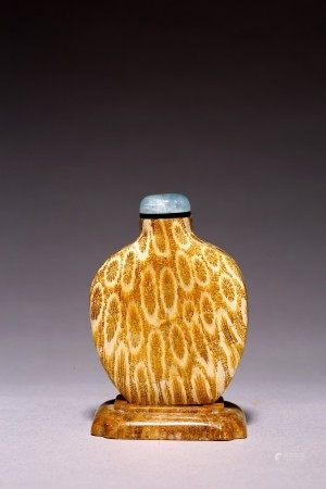 A FOSSIL CORAL CARVED SNUFF BOTTLE WITH DISH