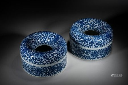 A PAIR OF BLUE AND WHITE 'FLOWERS' NECKLACE BOXES