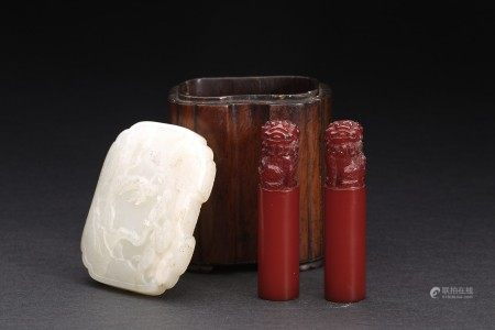 PAIR OF AMBER SEALS WITH HUANGHUALI BOX AND JADE COVER