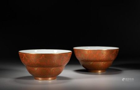 A PAIR OF CHINESE GILT DECORATED RED GROUND BOWLS