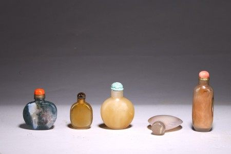 A GROUP OF FIVE AGATE SNUFF BOTTLES