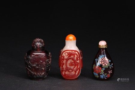 A GROUP OF THREE SNUFF BOTTLES