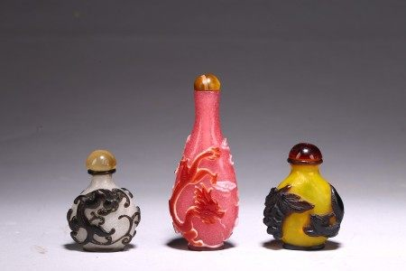 A GROUP OF THREE GLASS OVERLAY SNUFF BOTTLES