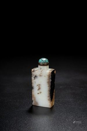 A CHINESE WHITE AND RUSSET JADE SNUFF BOTTLE