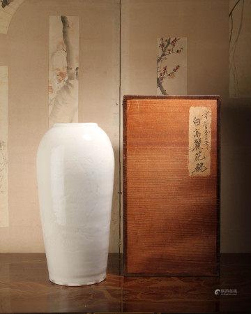 清代 漳州窯白瓷暗刻侍女文瓶