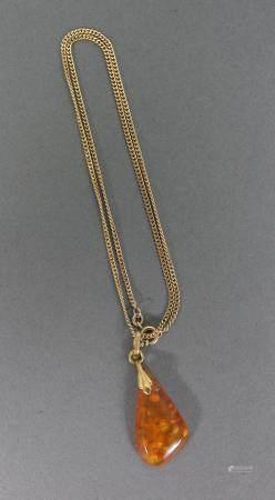 Halskette aus 8 Karat Gelbgold mit Bernsteinanhänger