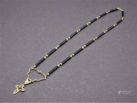 Collier pendentif crucifix.