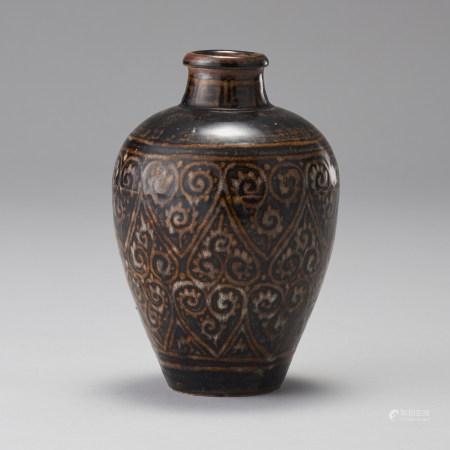 吉州窯 南宋 黑釉卷草紋梅瓶
