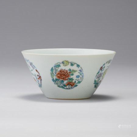 「大清雍正年製」款 豆彩團花紋碗