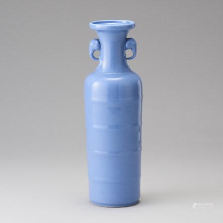 「大清雍正年製」款 天青釉雙象耳弦紋瓶