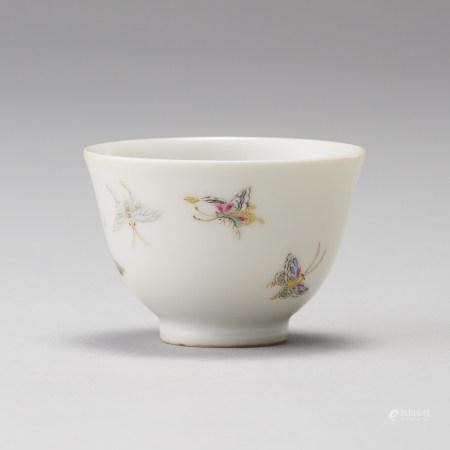 「大清雍正年製」款 粉彩蝴蝶紋茶杯