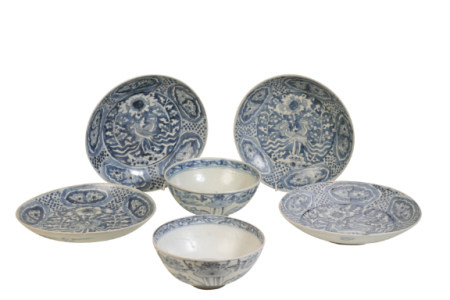 FOUR BLUE AND WHITE DISHES FROM THE BINH THUAN SHIPWRECK, LATE MING DYNASTY