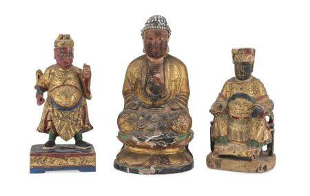 A SET OF THREE CHINESE LAQUERED AND GILT WOOD SCULPTURES OF BUDDHA LOKAPALA AND GUANDI. 20TH CENTURY.