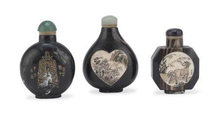 A SET OF THREE SNUFF-BOTTLES IN HORN WITH BONE INLAYS. EARLY 20TH CENTURY.