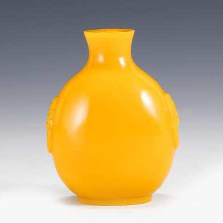 YELLOW MONOCHROME PEKING GLASS SNUFF BOTTLE