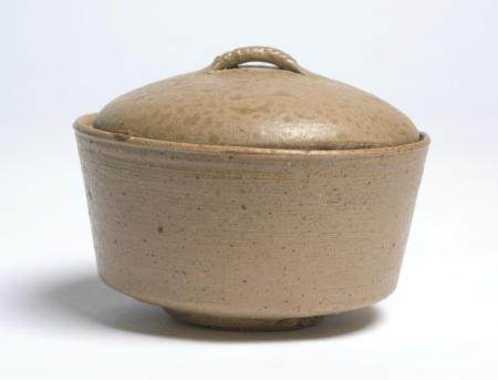 A RARE CHINESE YUEYAO COVERED BOWL WARRING STATES PERIOD (475-221BC)